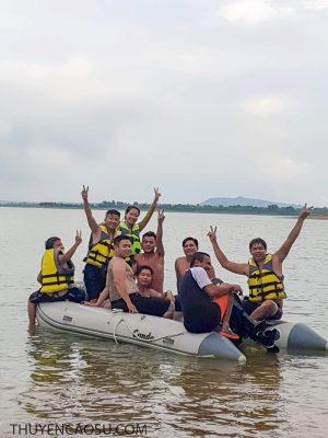 Thuyền cao su chở 9 người